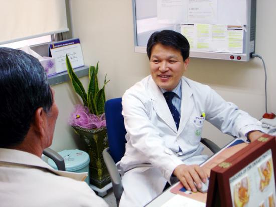 화순전남대병원 권동득 비뇨기과 교수가 소변을 보는 데 어려움을 겪는 한 60대 남성 환자를 진료하고 있다.(관련사진)