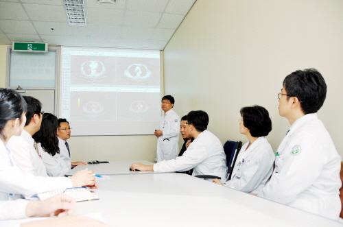 폐식도종양클리닉 폐암다학제진료팀이 다학제진료를 하고 있는 모습