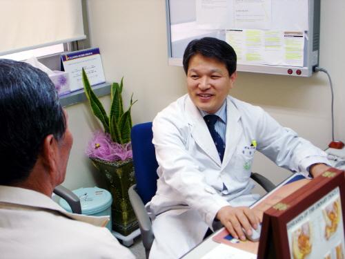 화순전남대병원 비뇨기과 권동득 교수가 소변을 보는 데 어려움을 겪는 한 60대 남성 환자를 진료하고 있다.