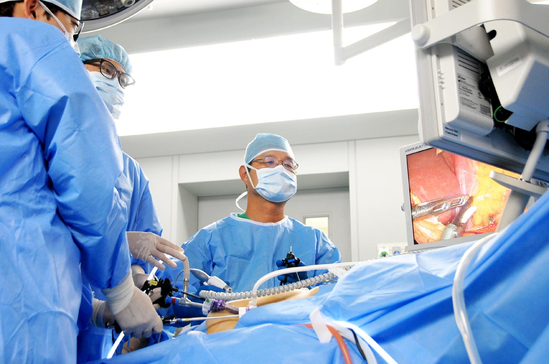 [사진] 위암 수술중인 의료진.JPG