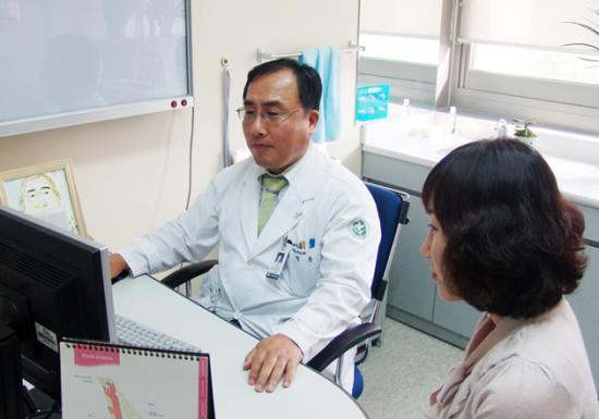 화순전남대병원 유방ㆍ내분비외과 윤정한 교수가 한 여성 환자에게 유방암 예방법에 대해 설명하고 있다.(관련사진)